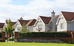 Schöne Wohnlandhäuser in Irland Stockfotos