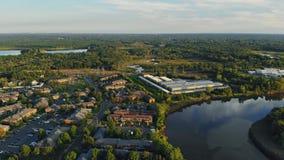 Schöne Wohnung in den USA nahe dem Fluss neue Häuser nahe dem Wasser im Wohnsektor stock footage