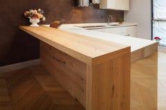 Schöne Wohnung versorgt, Küche Stockfotos
