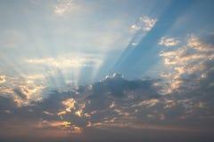 Schöne Wolke über blauem Himmel Stockbild