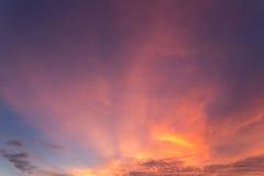 Schöne Wolke über Himmel zur Sonnenuntergangzeit in Phuket, Thailand stockfotografie