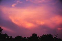 Schöne Wolke auf blauem Himmel in der Abendzeit für Hintergrund Stockbilder