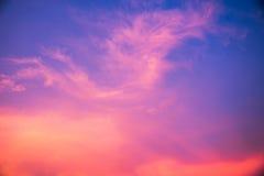 Schöne Wolke auf blauem Himmel in der Abendzeit für Hintergrund Lizenzfreie Stockfotografie