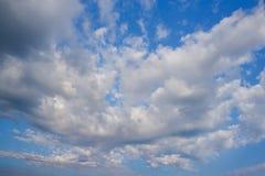 Schöne Wolke in Form eines Schmetterlinges gegen einen blauen Himmel Lizenzfreie Stockbilder