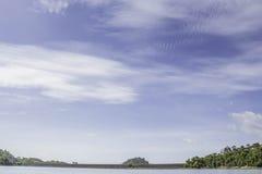 Schöne Wolke und blauer Himmel an chiewlarn Verdammung oder an ratchaprapa Verdammung Stockbilder