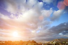 Schöne Wolken über blauem Himmel lizenzfreie stockbilder