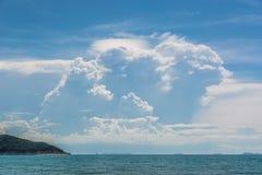 Schöne Wolken über dem Meer Stockfoto