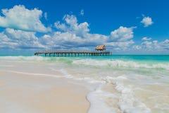 Schöne Wolken über dem Ozean Zerstörte Anlegestelle im Ozean houseboat Schöner Strand Isla BLANCA Lizenzfreies Stockfoto