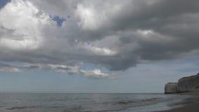 Schöne Wolken über der Ufergegend durch das Meer stock footage