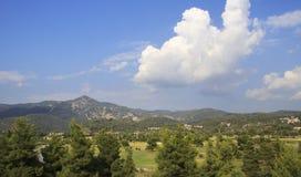 Schöne Wolken über Gebiet großartigen Erholungsortes Porto Carras Lizenzfreies Stockfoto