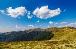 Schöne Wolken über Gebirgsrücken Stockfoto