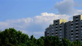 Schöne Wolken bewegen sich hinter modernes hohes Aufstiegsgebäude stock footage