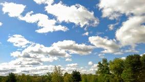 Schöne Wolken in einem blauen Himmel Stockfotografie