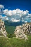 Schöne Wolken in einem Gebirgstal stockbilder