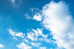 Schöne Wolken im blauen Himmel Lizenzfreies Stockfoto
