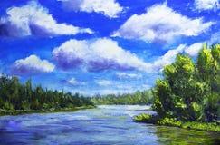 Schöne Wolken im blauen Himmel, grüner Wald reflektierten sich im Fluss, Sommerlandschaft