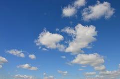 Schöne Wolken im Sommerhimmel lizenzfreie stockfotografie