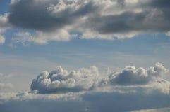 Schöne Wolken im Sommerhimmel lizenzfreie stockfotos