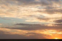 Schöne Wolken am Sonnenuntergang Stockbilder