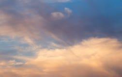 Schöne Wolken am Sonnenuntergang Lizenzfreie Stockfotos