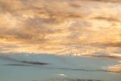 Schöne Wolken am Sonnenuntergang Stockbild