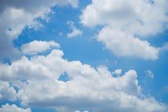 Schöne Wolken und bule Himmel Stockbild