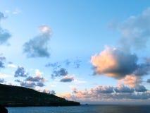 Schöne Wolken vor Supermoon-Aufstieg lizenzfreie stockbilder