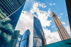 Schöne Wolkenkratzer auf dem Himmelhintergrund lizenzfreie stockfotos