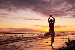 Schöne Yoga-Frau stockfoto