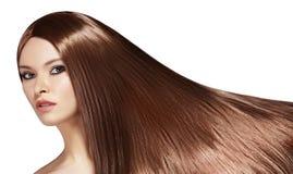Schöne Yong-Frau mit dem lang geraden braunen Haar Sexy Mode-Modell mit glatter Glanzfrisur Keratine-Behandlung stockfotos