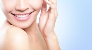 Schöne Zähne der jungen Frau schließen oben Stockfoto
