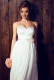 Schöne zarte Braut im eleganten Spitzehochzeitskleid stockfoto