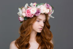 Schöne zarte Frau mit dem langen Haar im Kranz von Rosen Lizenzfreie Stockfotos