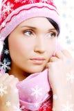 Schöne Zauberfrau im roten warmen Winterhut Lizenzfreies Stockfoto