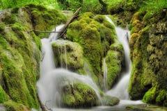 schöne Zeit des Wasserfalls im Frühjahr Lizenzfreie Stockfotos