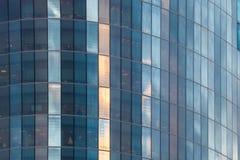 Schöne Zeitspanne des bewölkten Himmels reflektierte sich in Windows eines Wolkenkratzers Stockbild
