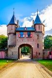 Schöne Ziegelstein-Eingangs-Tore bei Castle De Haar, ein Schlosswiederaufbauen des 14. Jahrhunderts im Ende des 19. Jahrhunderts stockfotografie