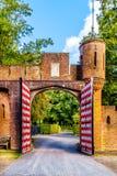 Schöne Ziegelstein-Eingangs-Tore bei Castle De Haar, ein Schlosswiederaufbauen des 14. Jahrhunderts im Ende des 19. Jahrhunderts stockbilder