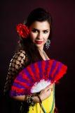 Schöne Zigeunerfrau mit Gebläse stockfoto