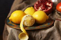 Schöne Zitronen auf einer Platte, man schnitten Haut Lizenzfreie Stockbilder