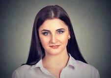 Schöne zufällige ethnische Frau, die Kamera betrachtet lizenzfreies stockfoto