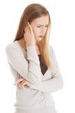 Schöne zufällige Frau berührt ihr Ohr. lizenzfreie stockbilder