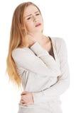 Schöne zufällige Frau berührt ihren Hals. Stockfotografie