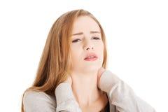 Schöne zufällige Frau berührt ihren Hals. Stockbilder