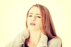 Schöne zufällige Frau berührt ihren Hals Lizenzfreie Stockfotos