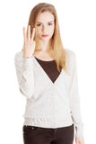 Schöne zufällige Frau, die drei Finger zeigt. Stockfotografie