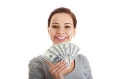 Schöne zufällige Frau, die Geld hält. lizenzfreie stockfotografie