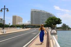 Schöne zufällige Frau, die in im Stadtzentrum gelegenes Miami geht lizenzfreie stockfotos