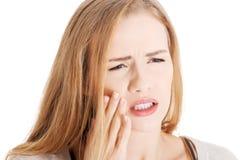Schöne zufällige Frau mit Zahnschmerzen. lizenzfreies stockbild