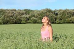 Schöne zufällige Frauenatmung glücklich in einer grünen Wiese Lizenzfreie Stockbilder
